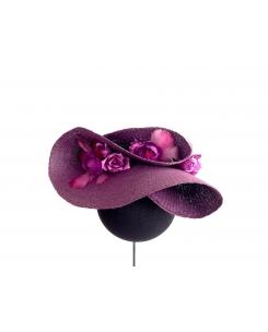 Semipamela berenjena con flores y plumas