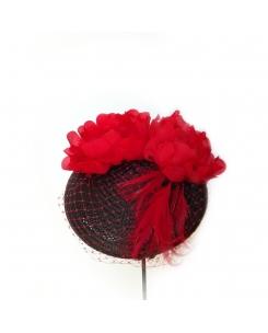 casquete de sisal negro con flores rojas